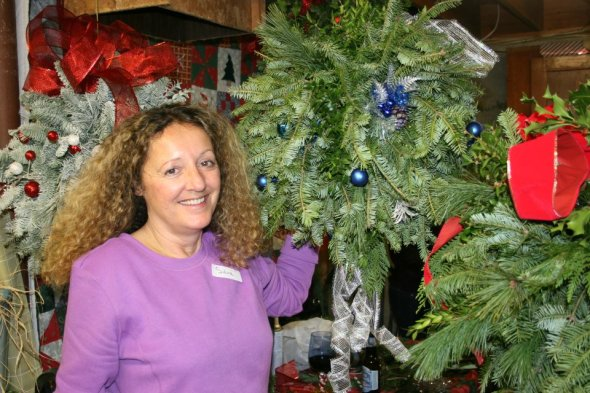 This attendee themes her holiday kissing ball with blues